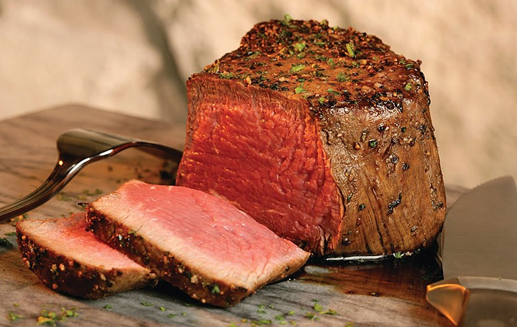 стейк из вырезки говядины на сковороде